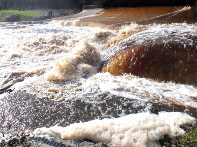 The river overtopping the end wall to the fish pass. An hour before this, the levels were as in the photos above.