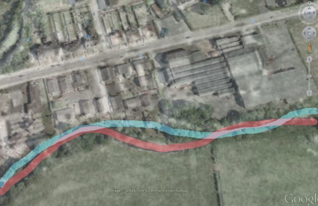 The course of the river in 1945 is shown in blue. The 2005 course is in red. The houses on the right bank are built almost where the river flow in 1945.